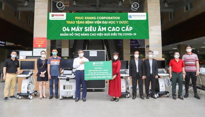 Đại diện Phuc Khang Corporation trao tặng 4 máy siêu âm cho BV ĐHYD TP HCM.