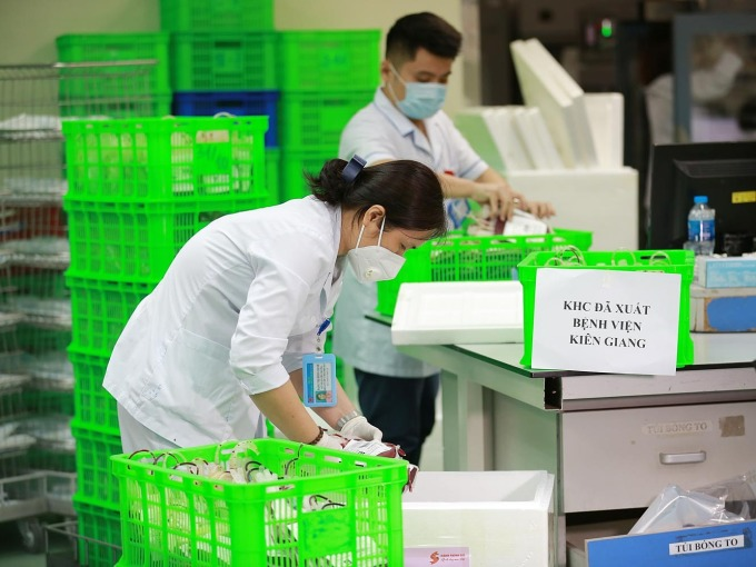 Các y bác sĩ kiểm tra số máu chi viện cho Kiên Giang. Ảnh: Công Thắng