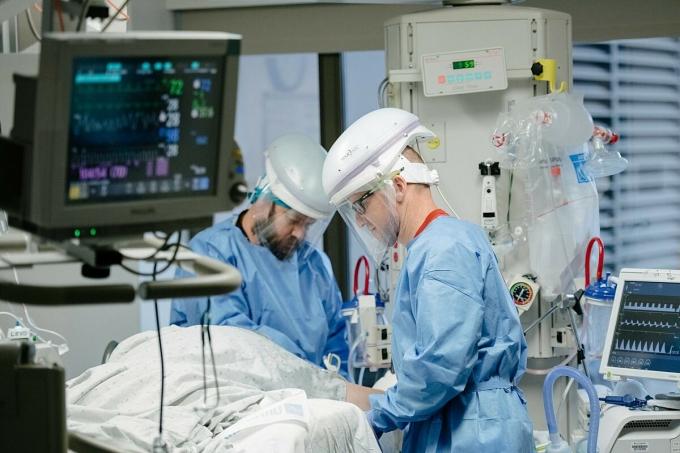 Bệnh nhân Covid-19 được điều trị tại Trung tâm Y té Providence Sacred Heart, Washington. Ảnh: NY Times