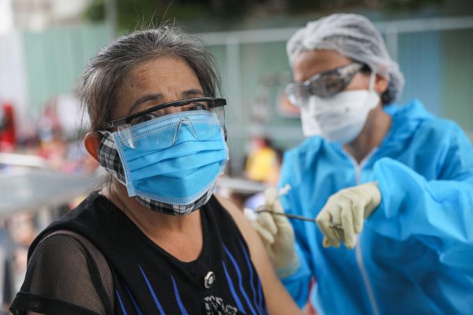 Người dân tiêm trên xe tiêm vaccine lưu động ở quận Gò Vấp, ngày 14/8. Ảnh: Quỳnh Trần