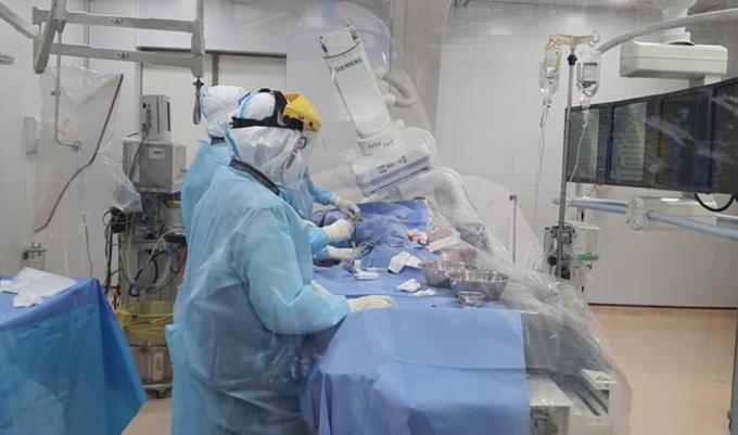 Các bác sĩ đang đặt stent mạch vành, tái thông mạch máu bị tắc nghẽn cho bệnh nhân trong phòng DSA, ngày 15/9. Ảnh: Bệnh viện cung cấp