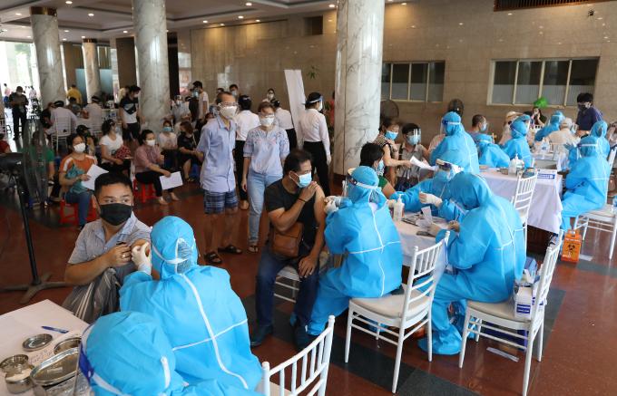 Người dân Hà Nội tiêm vaccine Covid-19, hôm 10/9. Ảnh: Ngọc Thành
