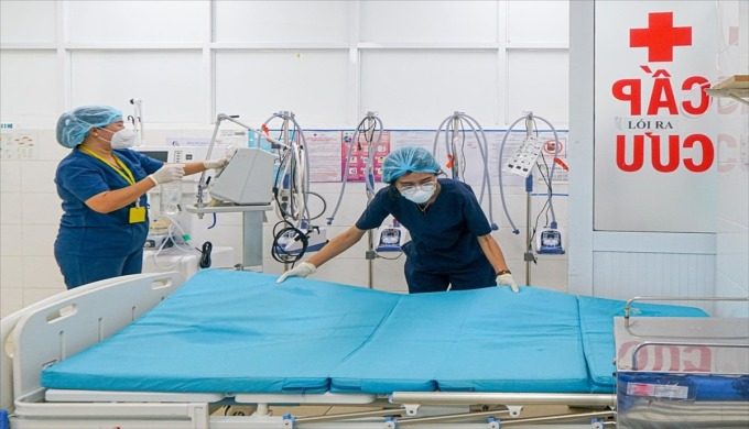 Nhân viên Bệnh viện Quận 7 vệ sinh, khử khuẩn toàn bệnh viện và chính thức phục hồi công năng khám, chữa bệnh thông thường cho người dân từ ngày 28/9. Ảnh: Sở Y tế TP HCM.