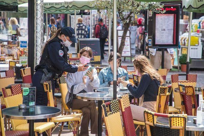 Cảnh sát Pháp kiểm tra thẻ xanh tiêm chủng của người dân tại một nhà hàng, tháng 8/2021. Ảnh: EPA