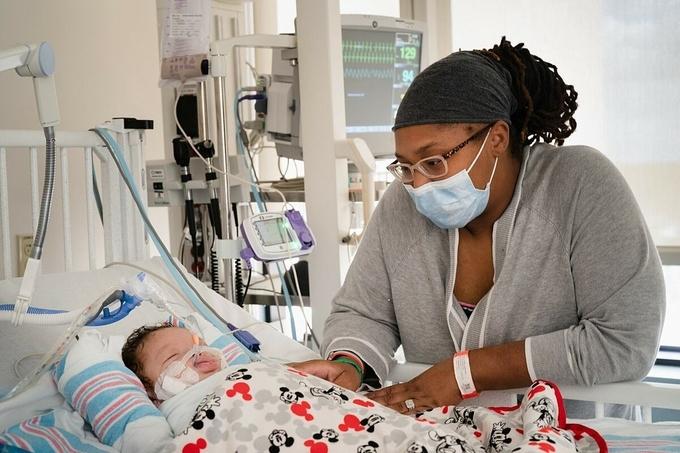 Junior, con trai hai tháng tuổi của cô Catherine Perrilloux phải thở máy do mắc Covid-19, tháng 8/2021. Ảnh: NY Times