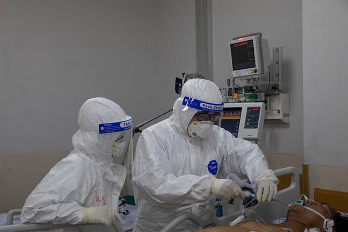 Nhân viên y tế điều trị các bệnh nhân nặng, nguy kịch tại Bệnh viện Hồi sức Covid-19, TP Thủ Đức, TP HCM, ngày 19/7.  Ảnh: Thành Nguyễn