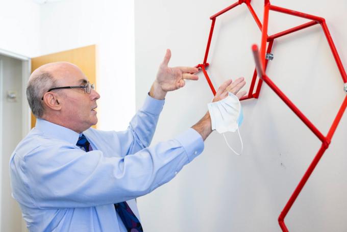 Nhà khoa học Drew Weissman mô tả cách thức khiến phân tử mRNA hoạt động tại Đại học Pennsylvania. Ảnh: Washington Post