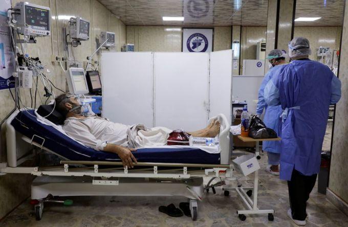 Nhân viên y tế điều trị cho người mắc Covid-19 tại bệnh viện ở Idlib, Syria, ngày 26/9. Ảnh: Reuters
