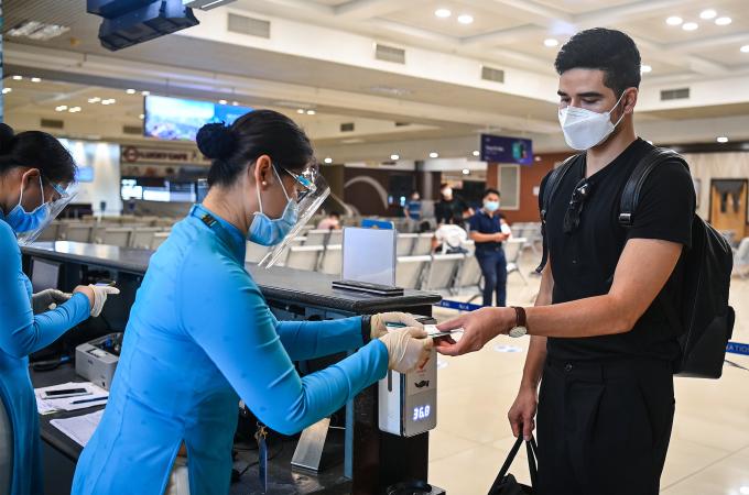 Nhân viên hãng hàng không đang làm thủ tục cho hành khách lên máy bay, ngày 10/10. Ảnh: Giang Huy