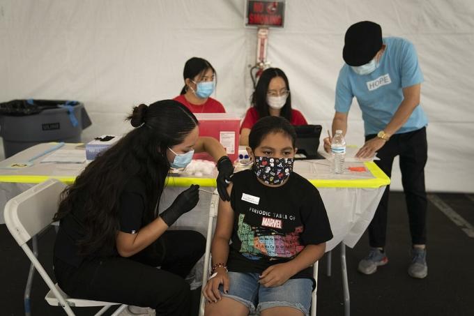 Một bé gái 13 tuổi được tiêm vaccine Covid-19 tại quận Cam, California, ngày 28/8. Ảnh: AP